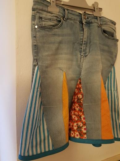 Pantalons texans convertits en faldilles amb detalls de cotó